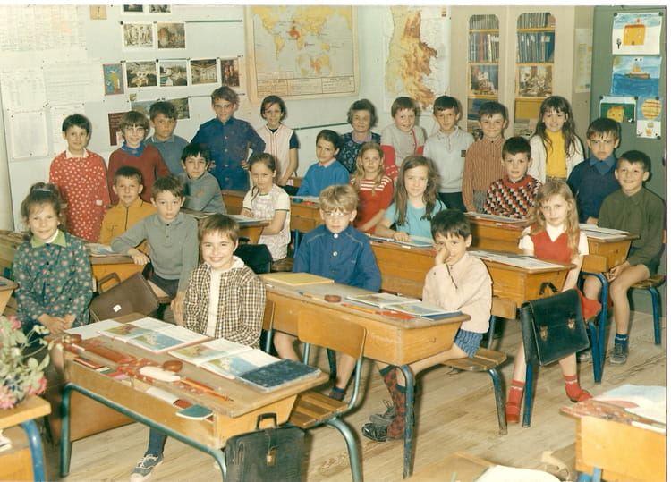 photo de classe ce1 ou ce2 je crois de 1970 ecole primaire saulce sur rhone copains d 39 avant. Black Bedroom Furniture Sets. Home Design Ideas