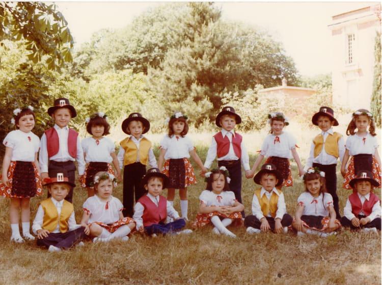 Photo de classe Ecole notre dame de 1976, Ecole Notre Dame (La Ville Du Bois) Copains d'avant # Ecole Notre Dame La Ville Du Bois