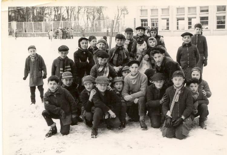 photo de classe dans la cour d 39 i r d j s jean de la ruelle de 1957 ir sda copains d. Black Bedroom Furniture Sets. Home Design Ideas