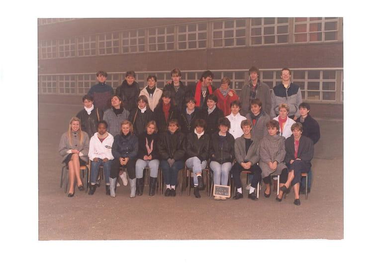 photo de classe terminale g1 de 1985 lyc e edouard gand copains d 39 avant. Black Bedroom Furniture Sets. Home Design Ideas
