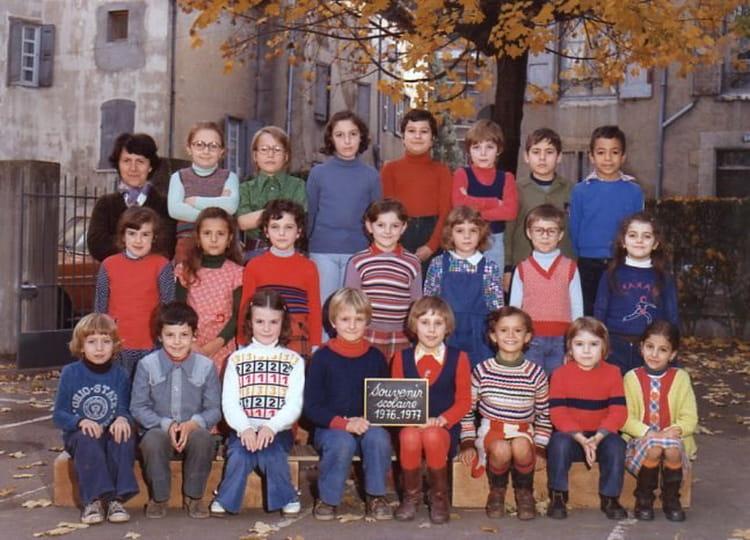 photo de classe ce 1 de 1976 ecole victor hugo bourgoin jallieu copains d 39 avant. Black Bedroom Furniture Sets. Home Design Ideas