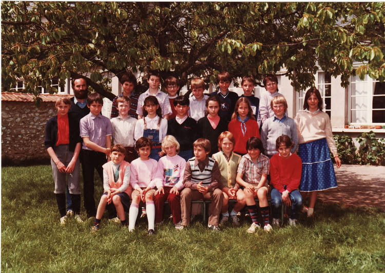 photo de classe classe de m poitou de 1983 ecole primaire saint gervais la foret copains d. Black Bedroom Furniture Sets. Home Design Ideas