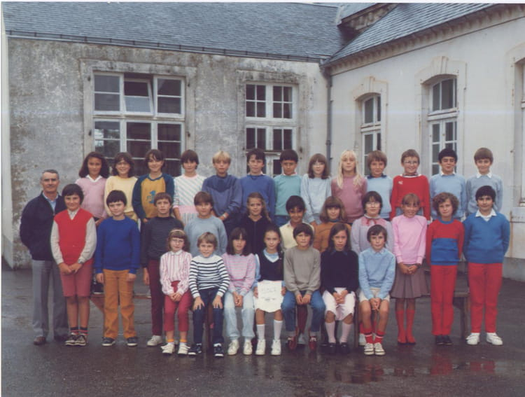 photo de classe cm2 mr p ault de 1984 ecole saint joseph saint gilles croix de vie copains. Black Bedroom Furniture Sets. Home Design Ideas