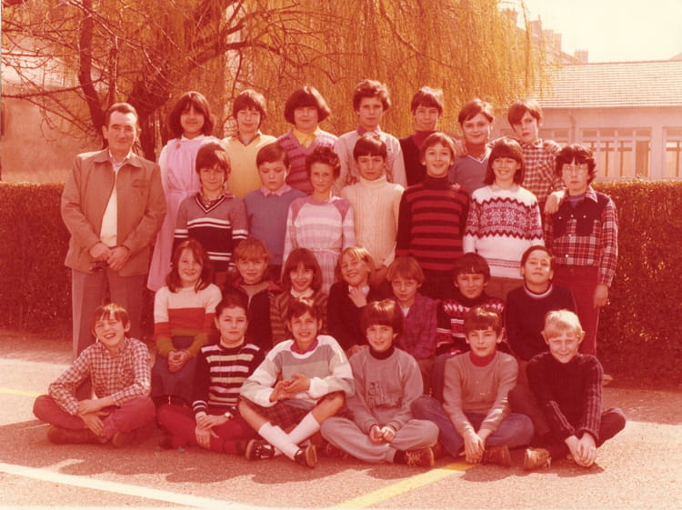 photo de classe pas sur de l 39 ann e de 1980 ecole debussy copains d 39 avant. Black Bedroom Furniture Sets. Home Design Ideas