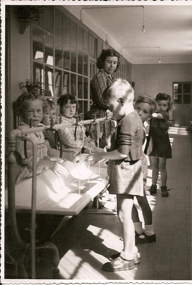 photo de classe maternelle au lavabo de 1951 ecole maternelle les promenades copains d 39 avant. Black Bedroom Furniture Sets. Home Design Ideas