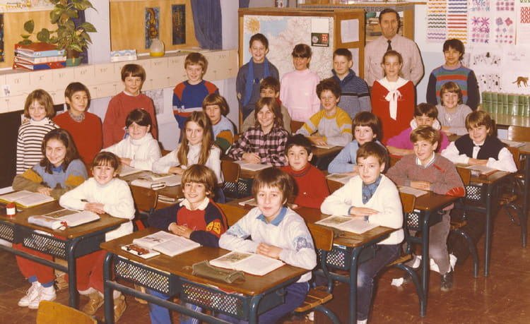 photo de classe cm2 de 1984 ecole romain rolland sainte genevieve des bois copains d 39 avant. Black Bedroom Furniture Sets. Home Design Ideas