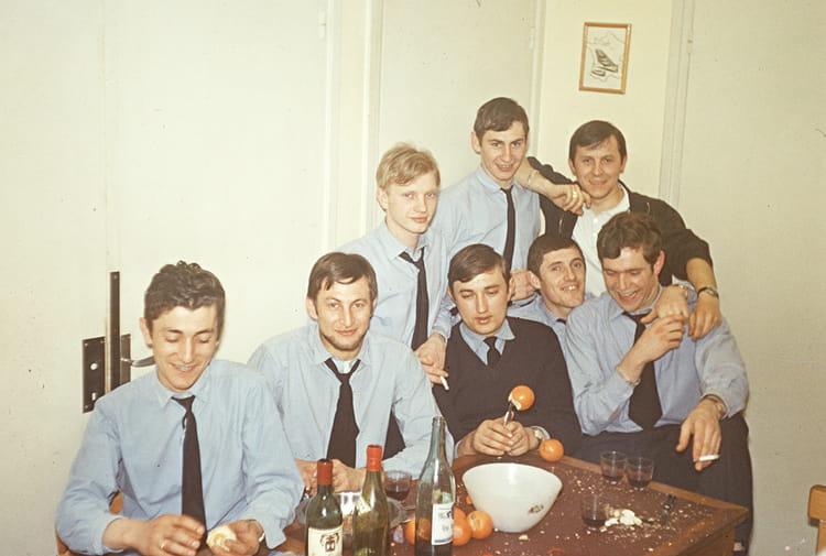 Photo de classe repas entre copains de 1970 ba 722 for Idee repas entre copain