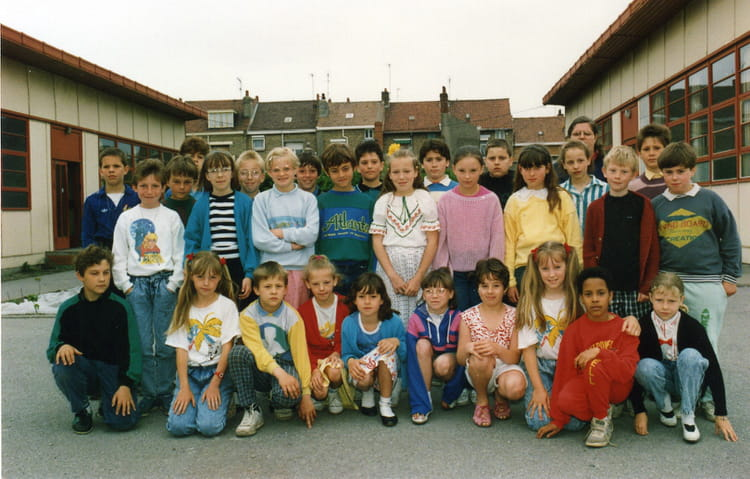 photo de classe cm1 de 1988 ecole sacre coeur saint pol sur mer copains d 39 avant. Black Bedroom Furniture Sets. Home Design Ideas