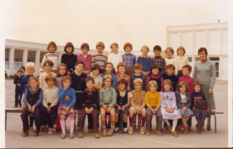 photo de classe ce2 de 1980 ecole beau soleil la. Black Bedroom Furniture Sets. Home Design Ideas