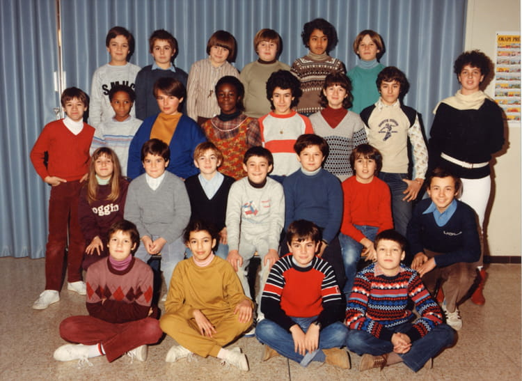 photo de classe 6 me d de 1984 coll ge pont de vivaux copains d 39 avant. Black Bedroom Furniture Sets. Home Design Ideas
