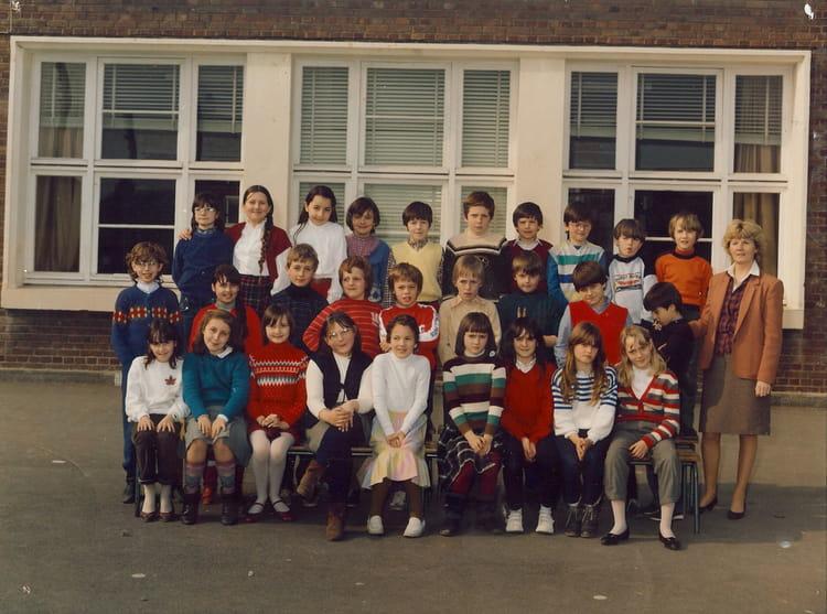 photo de classe madame dupuis cm1 1984 de 1984 ecole la fontaine grands arras copains d 39 avant. Black Bedroom Furniture Sets. Home Design Ideas
