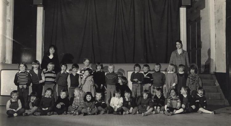 photo de classe derni re ann e de maternelle de 1982 ecole notre dame breaute copains d 39 avant. Black Bedroom Furniture Sets. Home Design Ideas