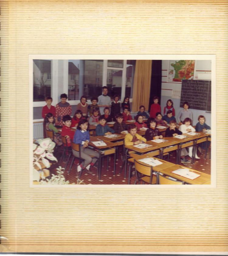 photo de classe mme merle de 1974 ecole gustave courbet auxerre copains d 39 avant. Black Bedroom Furniture Sets. Home Design Ideas