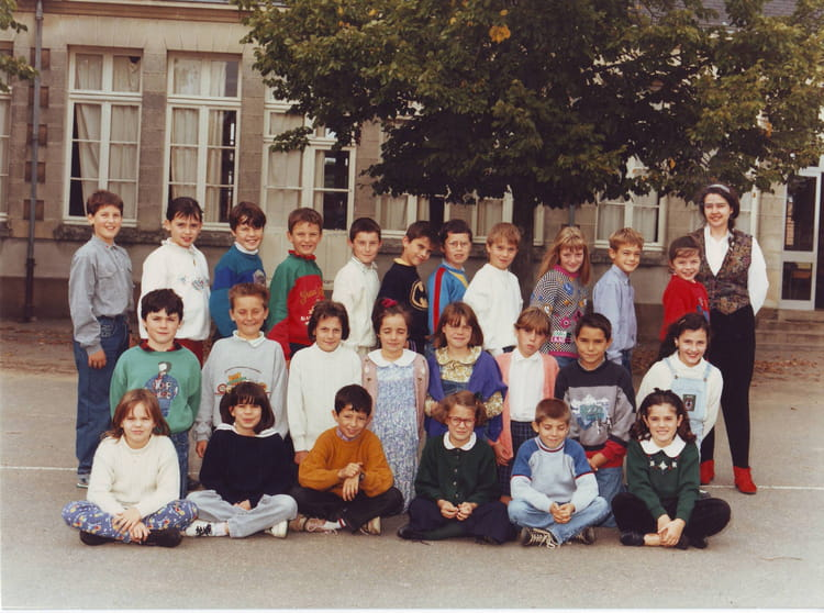 photo de classe cm1a de 1992 ecole saint joseph saint julien de concelles copains d 39 avant. Black Bedroom Furniture Sets. Home Design Ideas