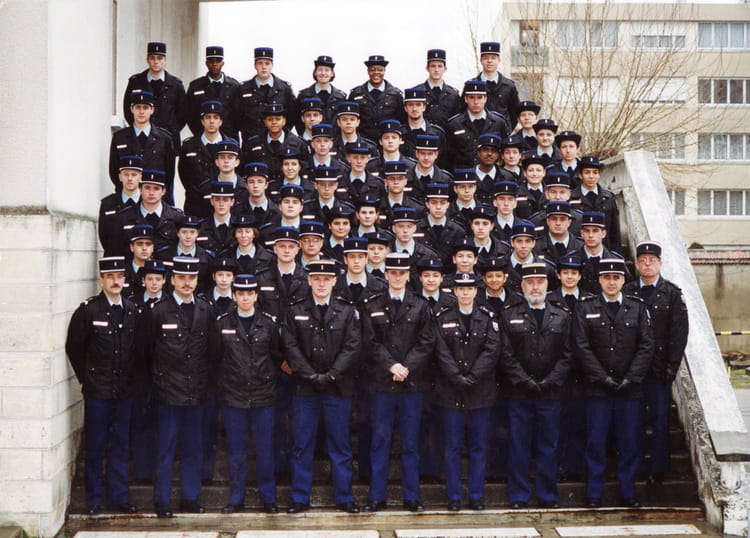 photo de classe gendarme adjoint de 2000 ecole gendarmerie montargis ciga copains d 39 avant. Black Bedroom Furniture Sets. Home Design Ideas