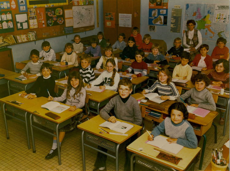 photo de classe cm2 de 1982 ecole louis lemonnier franqueville saint pierre copains d 39 avant. Black Bedroom Furniture Sets. Home Design Ideas