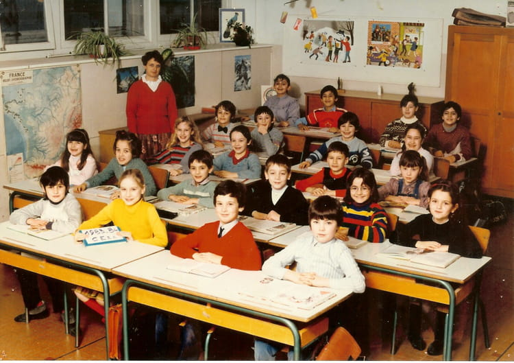 photo de classe ce2a de 1983 ecole p maitrot saint andre les vergers copains d 39 avant. Black Bedroom Furniture Sets. Home Design Ideas