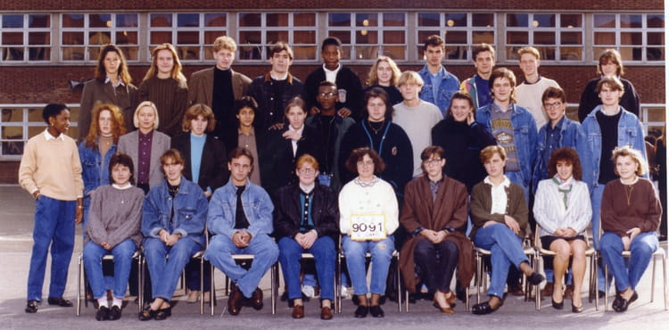 photo de classe tg2 de 1991 lyc e edouard gand copains d 39 avant. Black Bedroom Furniture Sets. Home Design Ideas