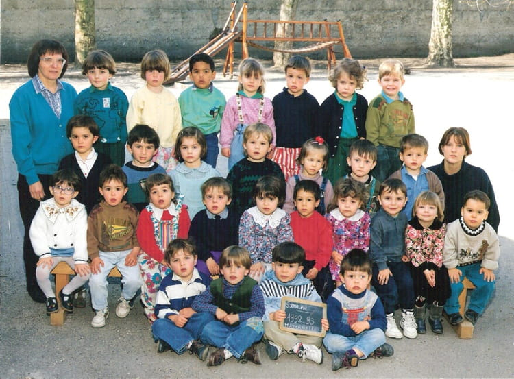 photo de classe moyenne section de 1992 ecole saint joseph la tour du pin copains d 39 avant. Black Bedroom Furniture Sets. Home Design Ideas