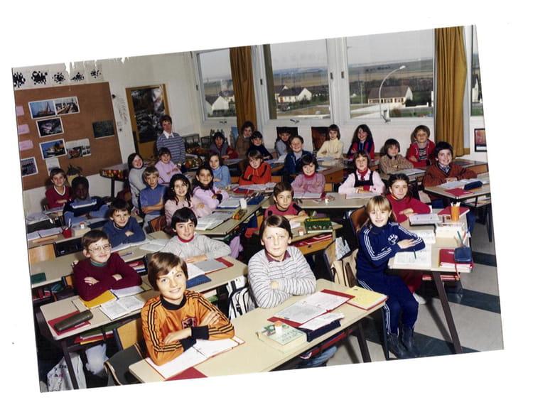 Photo de classe cm2 de 1981 ecole jean mace copains d 39 avant for Poster devant la fenetre je guette