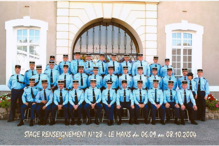photo de classe stage renseignement n 28 de 2004 ecole gendarmerie le mans esog copains d. Black Bedroom Furniture Sets. Home Design Ideas