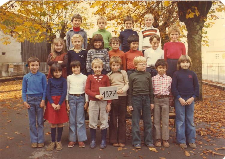 Photo de classe CE2 ou CM1 de 1977, Ecole De La Place (Dampierre Les Bois) Copains d'avant # Dampierre Les Bois