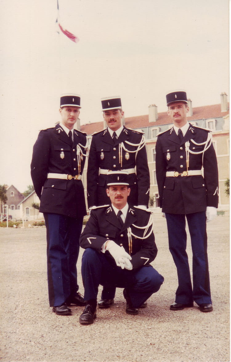 photo de classe dernier jour du stage de 1980 ecole gendarmerie chaumont esog copains d 39 avant. Black Bedroom Furniture Sets. Home Design Ideas