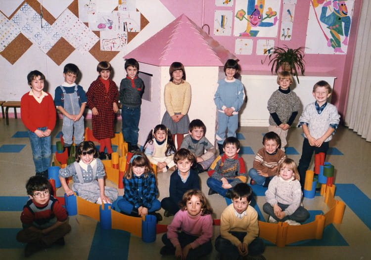 photo de classe derni re ann e maternelle de 1985 ecole calcomier rodez copains d 39 avant. Black Bedroom Furniture Sets. Home Design Ideas