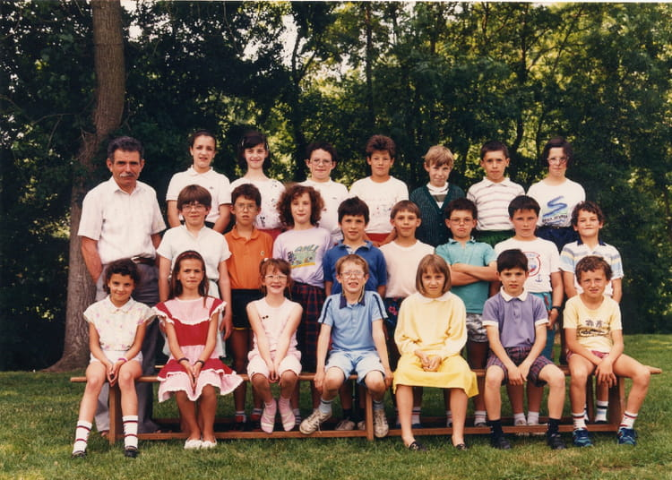photo de classe c m 1 de 1989 ecole de poitiers brioux sur boutonne copains d 39 avant. Black Bedroom Furniture Sets. Home Design Ideas
