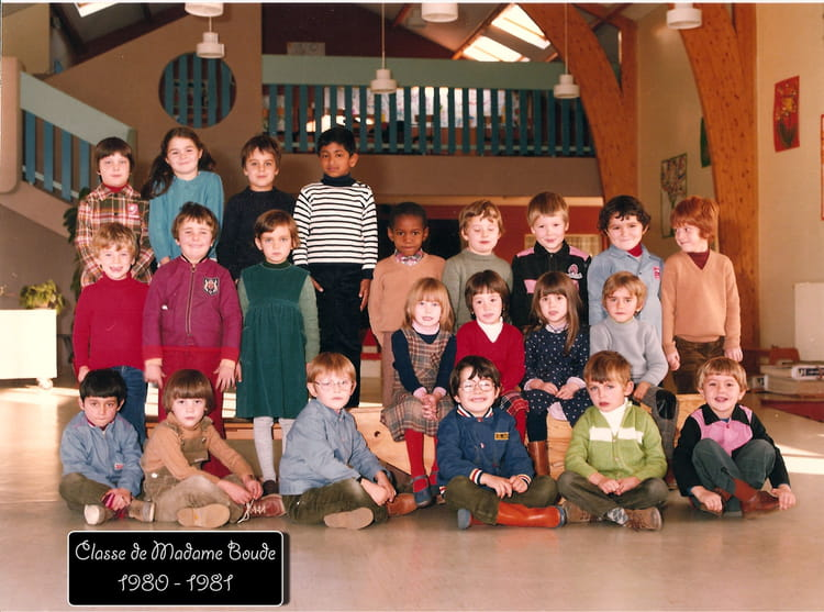 photo de classe classe de mme boude de 1980 ecole primaire st cyr en val copains d 39 avant. Black Bedroom Furniture Sets. Home Design Ideas