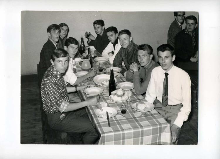 Photo de classe repas entre amis de 1962 cem 69 lyon for Repas entre copains