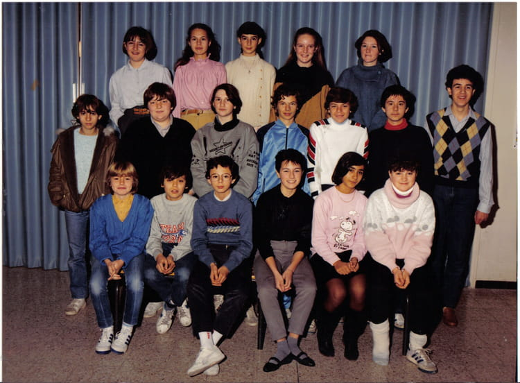 photo de classe 3 me de 1984 coll ge pont de vivaux copains d 39 avant. Black Bedroom Furniture Sets. Home Design Ideas