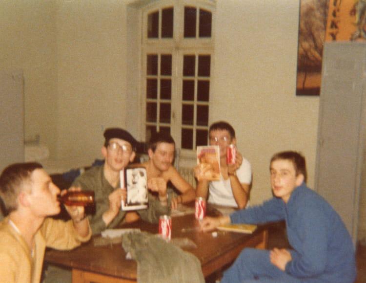photo de classe une soir e de 1979 516 eme regiment du train copains d 39 avant. Black Bedroom Furniture Sets. Home Design Ideas