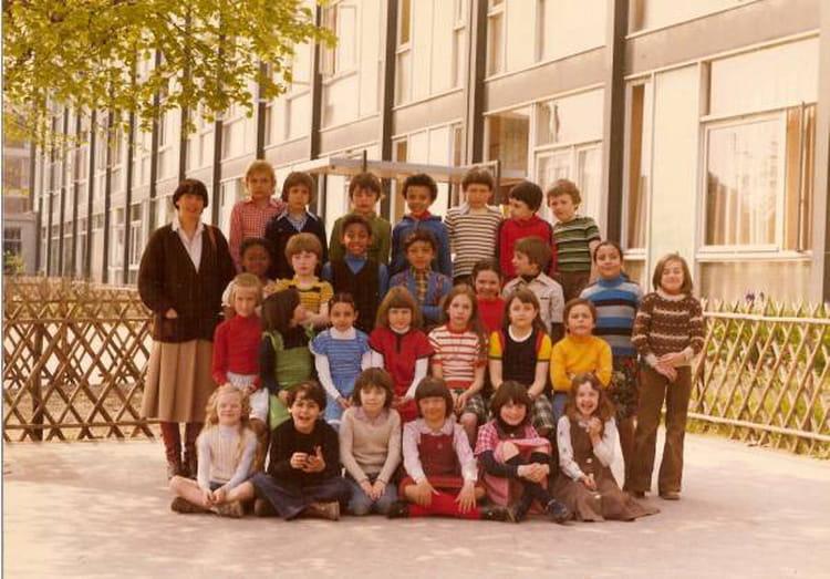 photo de classe c e 2 de 1975 ecole jean jacques rousseau copains d 39 avant. Black Bedroom Furniture Sets. Home Design Ideas