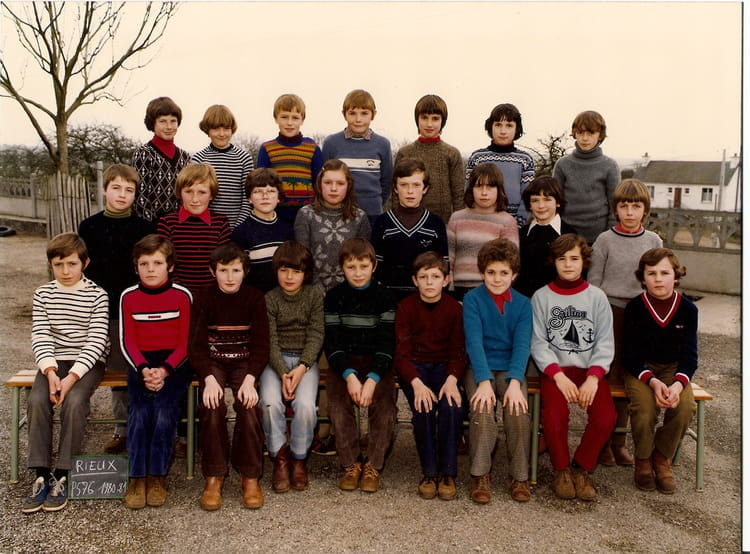 photo de classe cm2 de 1980 ecole sainte anne rieux copains d 39 avant. Black Bedroom Furniture Sets. Home Design Ideas