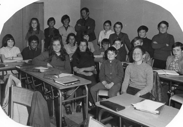 photo de classe 6e1e de 1971 college henri barnier copains d 39 avant. Black Bedroom Furniture Sets. Home Design Ideas