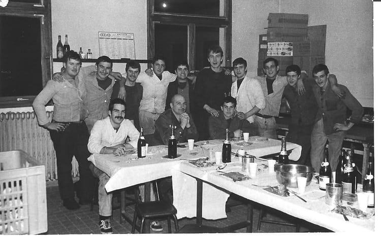 Photo de classe cuisine 1e ri sarrebourg 75 76 de 1975 for Repas entre copains