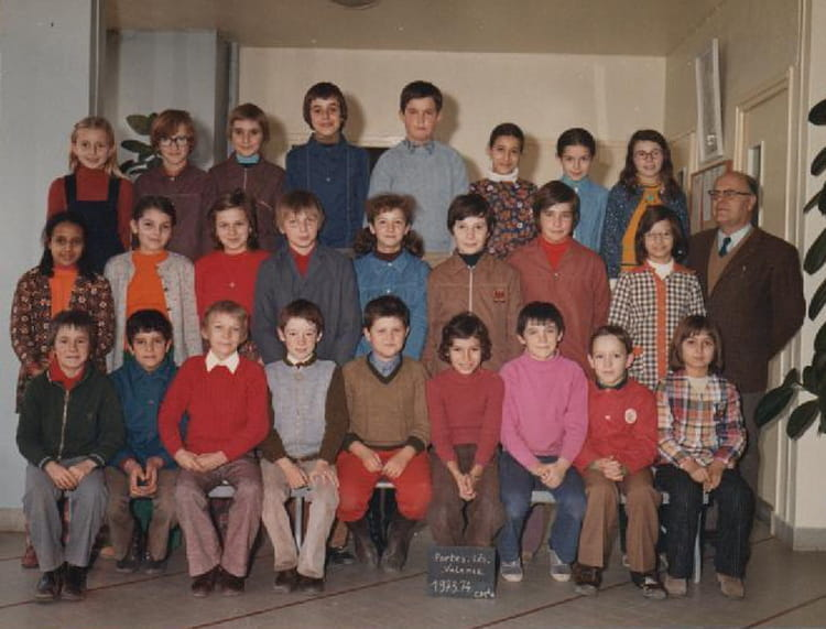 photo de classe cm2 de 1974 ecole ir ne et fr d ric joliot curie portes les valence copains. Black Bedroom Furniture Sets. Home Design Ideas