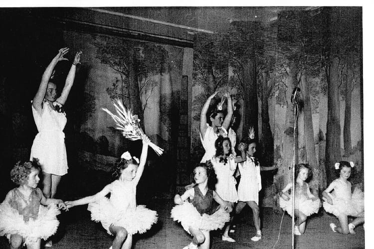 photo de classe fleurs de paris salle des f tes de gagny de 1950 cours de danse mme charpeau. Black Bedroom Furniture Sets. Home Design Ideas