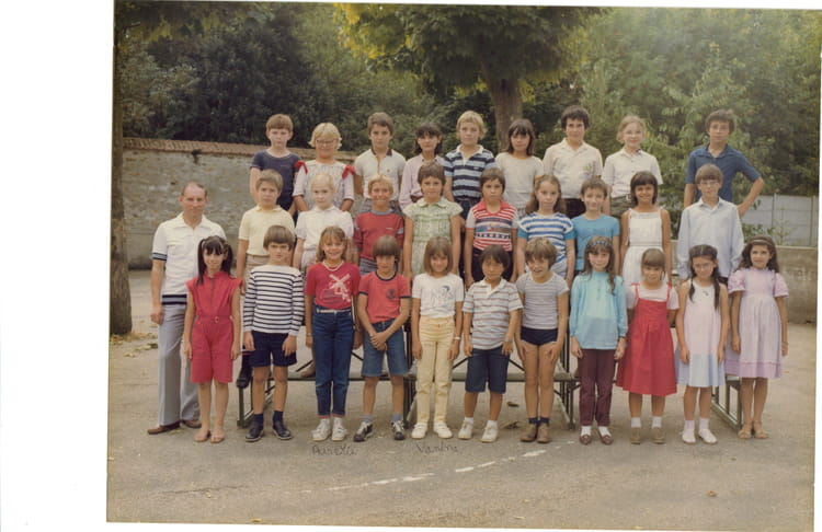 photo de classe cm 1 de 1982 ecole du general de gaulle. Black Bedroom Furniture Sets. Home Design Ideas
