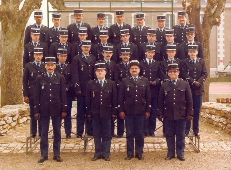 photo de classe dat gd de 1981 ecole gendarmerie chaumont esog copains d 39 avant. Black Bedroom Furniture Sets. Home Design Ideas