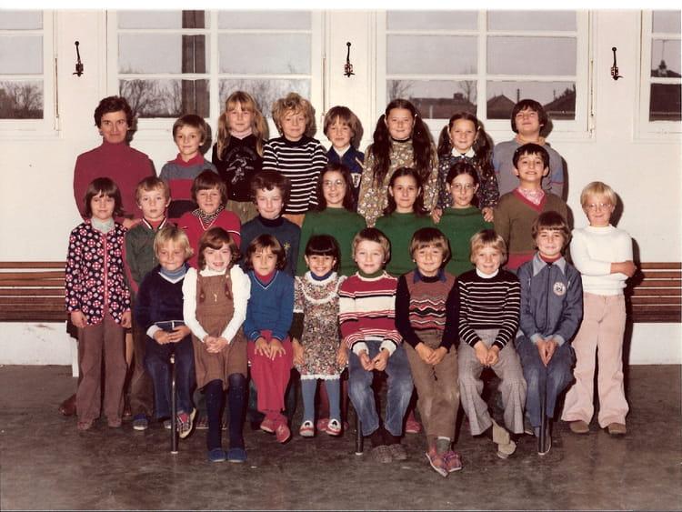 photo de classe ce1 ou ce2 de 1979 ecole primaire barberey saint sulpice copains d 39 avant. Black Bedroom Furniture Sets. Home Design Ideas