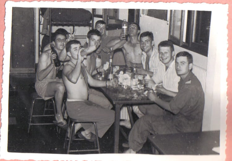 Photo de classe repas en chambre entre copains de 1967 57 for Cuisine entre copains