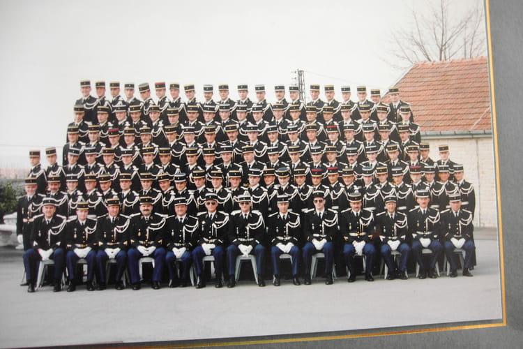 photo de classe 322eme promotion au complet de 1987 ecole gendarmerie chaumont esog copains. Black Bedroom Furniture Sets. Home Design Ideas