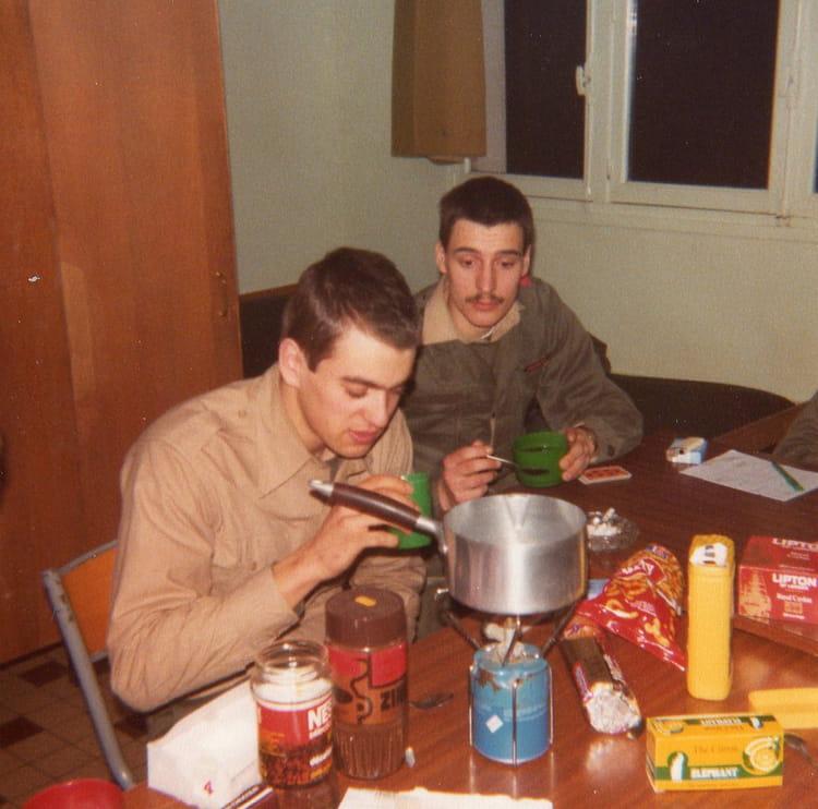 photo de classe une petite faim de 1980 ecole gendarmerie ciga copains d 39 avant. Black Bedroom Furniture Sets. Home Design Ideas