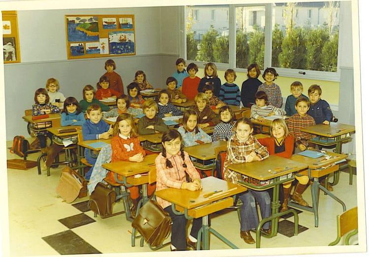 photo de classe ce2 de 1974 ecole auguste renoir auxerre copains d 39 avant. Black Bedroom Furniture Sets. Home Design Ideas