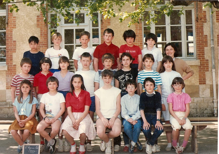 photo de classe cm2 de 1984 ecole primaire st cyr en val copains d 39 avant. Black Bedroom Furniture Sets. Home Design Ideas