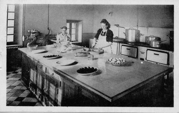 Photo de classe la cuisine de 1970 le chateau caf for Deco cuisine 1970