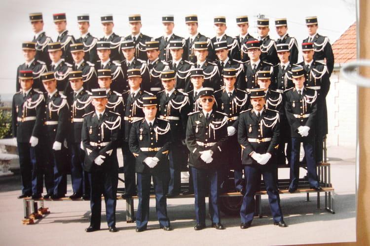 photo de classe 2eme peloton de la 322eme compagnie au complet de 1987 ecole gendarmerie. Black Bedroom Furniture Sets. Home Design Ideas