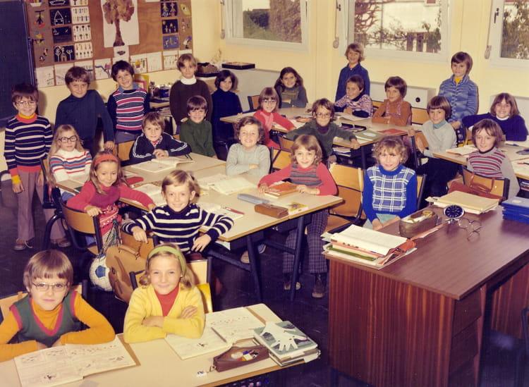 Photo de classe ce2 1976 1977 de 1976 ecole le provence for Poster devant la fenetre je guette